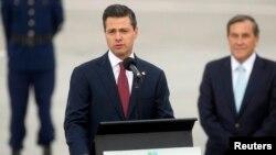 El presidente de México Enrique Peña Nieto habla a los medios a su llegada al aeropuerto de Santiago para asistir a la Cumbre CELAC-UE.