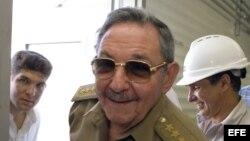 Raúl Castro en la inauguración de una planta de generación de gas de la empresa cubano-canadiense Energas.