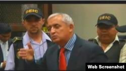 El ex mandatario guatemalteco Otto Pérez Molina, habla con la prensa, antes de ser conducido a la prisión este jueves