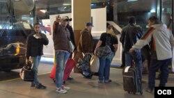 Cubanos abordan autobús desde Laredo hasta Nueva York.