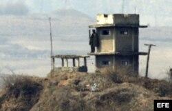 Soldado norcoreano hace guardia en un puesto de control Panmungak, al norte del complejo intercoreano de Kaesong