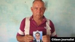 Pablo M. Martínez Carballo, sostiene una foto de su hijo Sandy Pablo Martínez. Foto: Fernando Vázquez.
