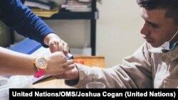 Un paciente recibe tratamiento contra la tuberculosis en Lima. Foto: United Nations/OMS/Joshua Cogan.