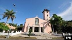 Fotografía tomada el 14 de junio de 2010, que muestra la fachada de la parroquia de Santa Rita de Casia, ubicada en el residencial barrio de Miramar, en La Habana.