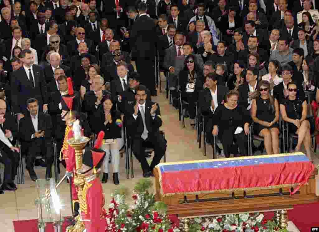 El Príncipe Felipe junto a presidentes, jefes de Gobierno y representantes de más de un centenar de países, durante los funerales del presidente Hugo Chávez oficiados en la Academia Militar de Caracas. Más de 30 jefes de Estado y de Gobierno estarán prese