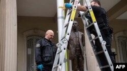 Miembros del Servicio Secreto conducen una investigación en la Embajada de Cuba en Washington, DC. (NICHOLAS KAMM / AFP)