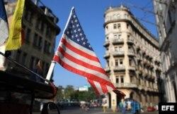 Una bandera de Estados Unidos ondea sobre un bicitaxi en La Habana (Foto: Archivo).