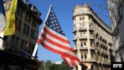 Una bandera de Estados Unidos ondea sobre un bicitaxi en una calle de La Habana.