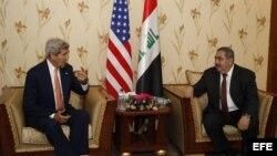 Ministro de Exteriores de iraquí, Hoshyar Zebari (dcha), conversa con el secretario de Estado estadounidense John Kerry.