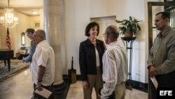 La secretaria del Departamento de Estado de EE.UU. para América Latina, Roberta Jacobson (c), conversa con el disidente cubano Héctor Maseda (espalda) durante un desayuno de trabajo con opositores hoy viernes 23 de enero del 2015, en La Habana, Cuba. Jaco