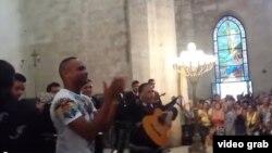Descemer Bueno lanza un beso a su público, que había ido a adorar a la Virgen de la Caridad.