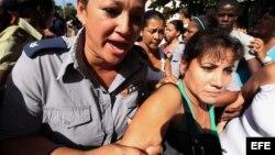 """Las disidentes cubanas """"Damas de Blanco"""" sufrieron un duro hostigamiento por parte de seguidores del Gobierno de la isla cuando intentaban congregarse en un concurrido punto de La Habana para iniciar una caminata por el """"Día Internacional de los Derechos"""