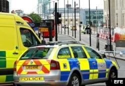 La policía refuerza seguridad en el puente de Londres tras el ataque terrorista.