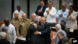 El primer ministro cubano Manuel Marrero Cruz abraza al presidente Miguel Díaz-Canel durante la asesión de clausura de la Asamblea Nacional del Poder Popular en La Habana el sábado, 21 de diciembre del 2019. (AP Foto/Ramón Espinosa)