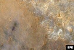 Fotografía facilitada por la NASA que muestra los trazos de las ruedas del robot explorador Curiosity (c-i) en la superficie del planeta Marte y que han sido captadas por la el Experimento Científico de Imágenes de Alta Resolución (HiRise) del Orbitador d