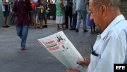 Un hombre en La Habana, Cuba, lee el diario oficial Granma.