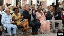Vicepresidente del Consejo de Ministro de Cuba Miguel Díaz-Canel (c); la ministra de cultura de Angola, Rosa María Da Cruz e Silva (2 d); el presidente del parlamento de Cuba, Ricardo Alarcón (i), el ministro de cultura de Cuba, Rafael Bernal (d), y la pr