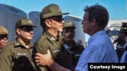Coronel Castro Espín saluda a Antonio Castro, hijo de Fidel Castro.