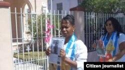 Reporta Cuba. Dama de Blanco Jacqueline Boni, frente a Unidad de DSE (mayo 19). Foto: Serafin Morán.