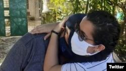 La periodista Camila Acosta abraza a su padre tras ser puesta en libertad este viernes. (Cubanet/Twitter)