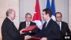 Raúl Castro (2i) y su homólogo francés François Hollande (d) junto al ministro para el Comercio Exterior y la Inversión Extranjera, Rodrigo Malmierca (i) y el ministro francés de Comercio Exterior.