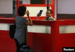 Un oficial de inmigración chequea el pasaporte de un ciudadano en el Aeropuerto Internacional José Martí de La Habana. (REUTERS/Stringer)