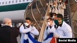 El grupo de médicos cubanos a su llegada a Italia (Foto tomada de un video en Twitter).