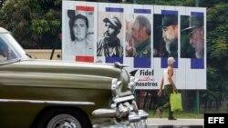 Un cartel alusivo al cumpleaños 90 de Fidel Castro.