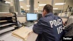 Un oficial de ICE monitorea una operación de la agencia.