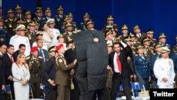 Fuerzas de seguridad protegen a Nicolás Maduro del supuesto atentado en su contra. (Captura de video/Twitter)