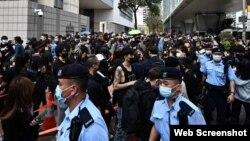 Manifestación pacífica frente a tribunal en Hong Kong esperando resultados de audiencia a activistas