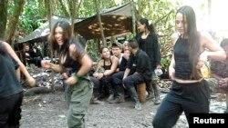 A la derecha, la guerrillera Tanja Nijmeijer baila en un campamento de las FARC.