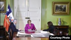 Presidenta Bachelet observa mapas de la zona donde está el río Silala.