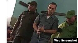 El preso político Ernesto Borges, en marzo del 2020, durante un permiso para asistir al sepelio de su madre. (Foto tomada del Facebook del activista Mario Félix Lleonart)