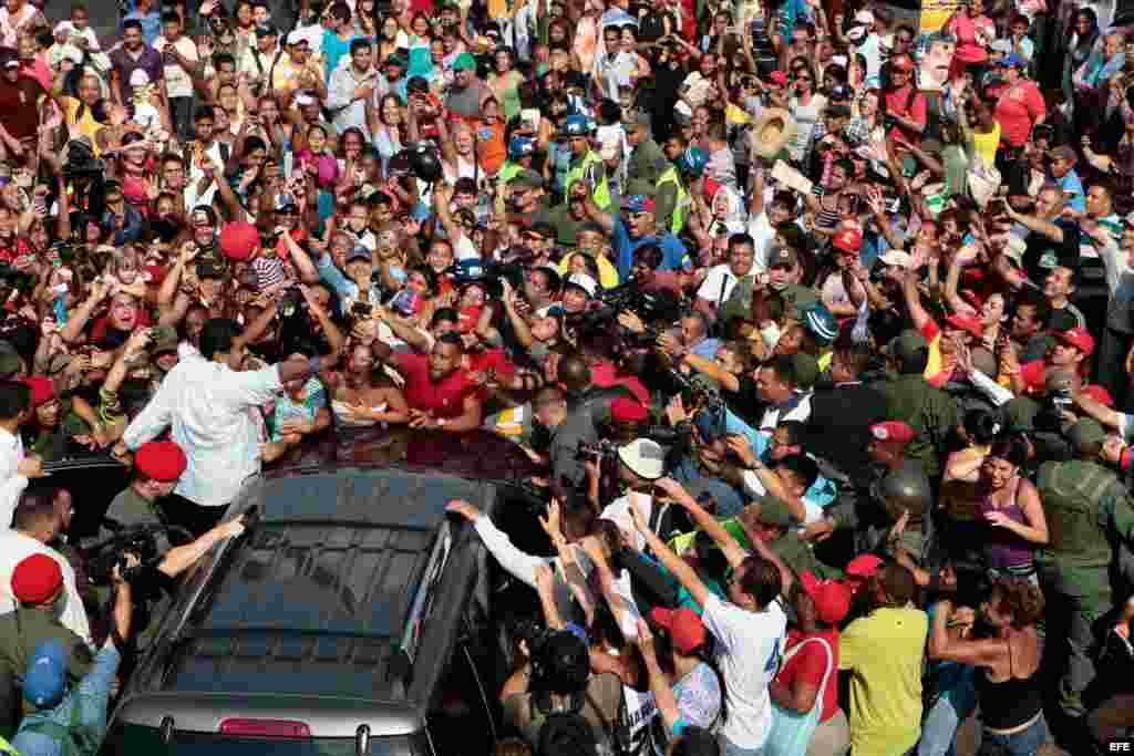 El presidente encargado de Venezuela, Nicolás Maduro, saluda a sus seguidores luego de votar hoy, domingo 14 de abril de 2013, en Caracas (Venezuela).