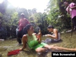 Un descanso breve después de cruzar un río en el Tapón de Darién, la jungla salvaje que envuelve la frontera entre Colombia y Panamá. (Fotografía de Lisette Poole. Screenshot NPR)