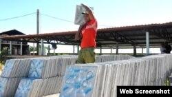 Un militar carga losas en un sitio en construcción en La Habana. (Archivo)