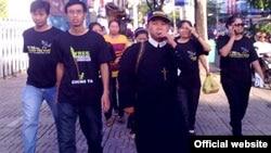 Simpatizantes de los blogueros detenidos desfilan con puloveres negros en Vietnam (cortesia RFA)