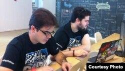 José Pimienta y Osniel González, dos de los premiados por sus proyectos en el Hackathon.