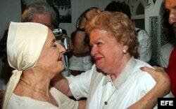 La Prima Ballerina cubana Alicia Alonso (i) saluda a Carmen Montejo (d) durante una visita a la sede del Ballet Nacional de Cuba.