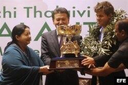 El presidente de la Federación Internacional de Ajedrez (FIDE), Kirsán Ilyumzhinov (c), y el alcalde de Tamil Nadu, J Jayalalithaa (i), entregan el trofeo al nuevo Campeón del Mundo de Ajedrez, el noruego Magnus Carlsen (2d), de 22 años, durante la ceremo