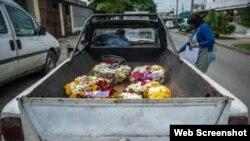 Coronas funerarias en la parte posterior de una camioneta en La Habana.