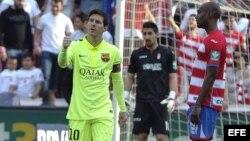 El delantero argentino del Barcelona Lionel Messi (i) celebra el gol que acaba de marcar, el tercero para el equipo, durante el partido frente al Granada.