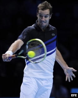 El tenista francés Richard Gasquet devuelve una bola al suizo Roger Federer.