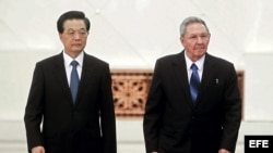 A la derecha el presidente de Cuba, Raúl Castro y su homólogo chino, Hu Jintao a la izquierda, durante una ceremonia de bienvenida en el Gran Palacio del Pueblo en Pekín, China, el jueves 5 de julio de 2012
