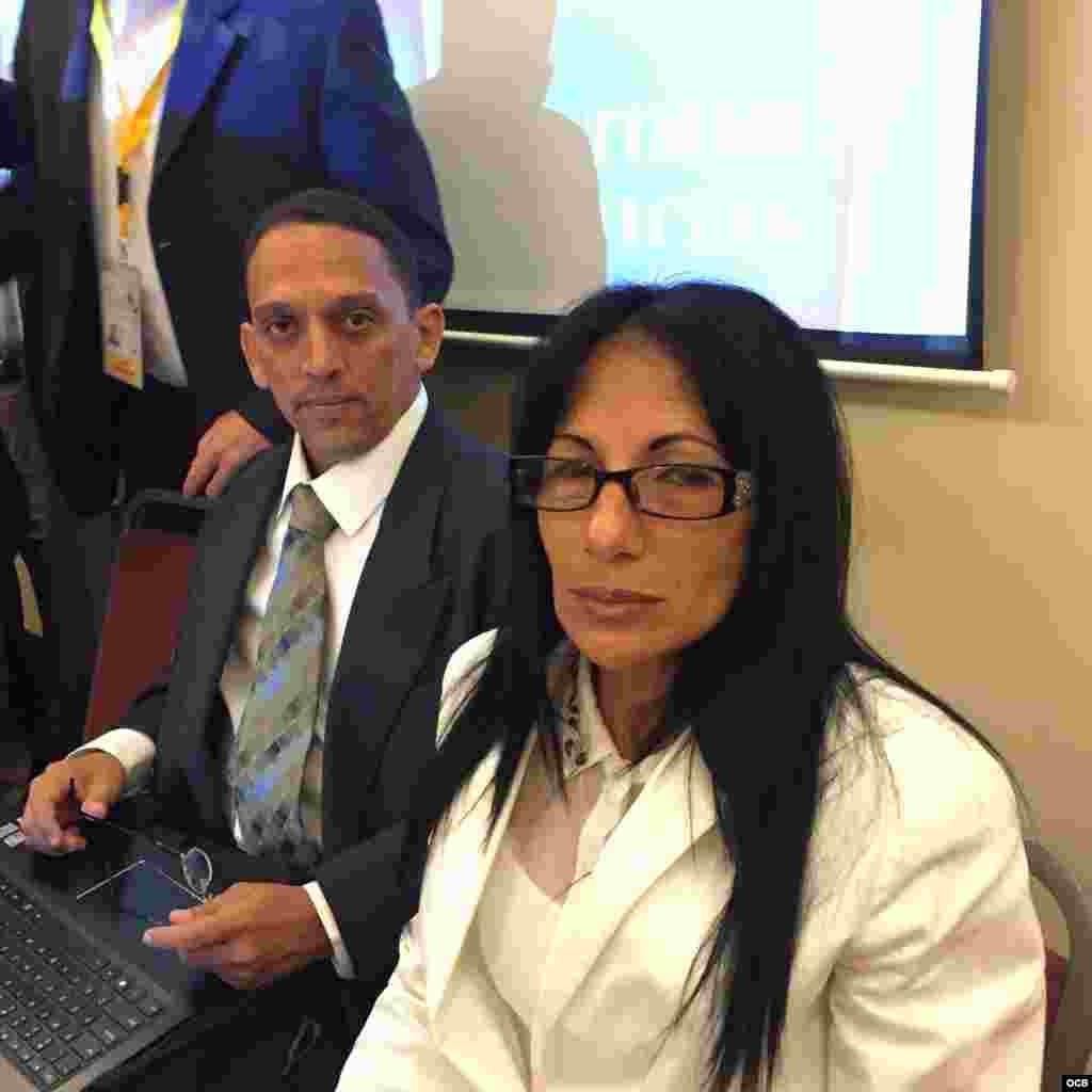La Dama de Blanco Leticia Ramos y el activista Rolando Rodríguez Lobaina.