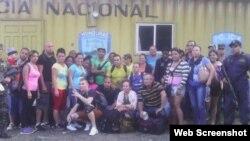 Grupo de 30 cubanos detenidos en Agua Caliente