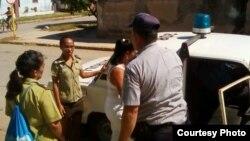 La policía política detiene a una Dama de Blanco en Matanzas, Cuba. (Archivo)