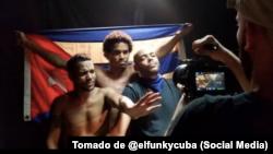"""De izq. a der. El Osorbo, Luis Manuel Otero y El Funky, en el rodaje de """"Patria y Vida""""."""