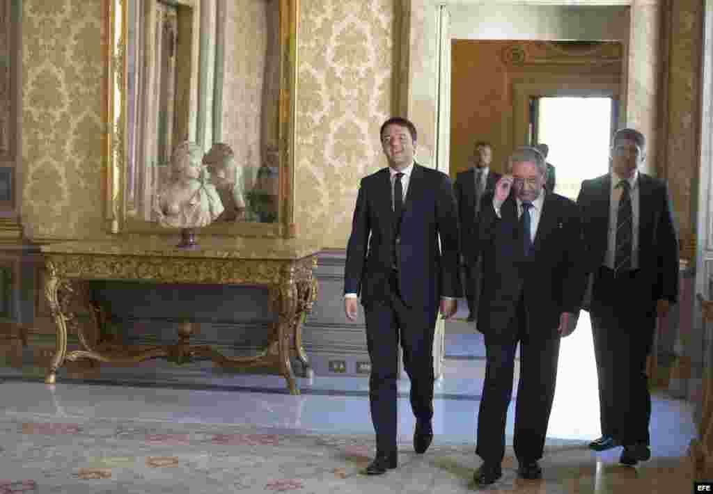 En Roma, Raúl Castro se reúne con el premier de Italia, Matteo Renzi (i).